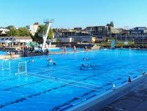 Openlucht zwembad in de stad stock afbeelding