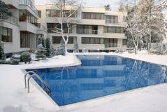 Openlucht zwembad in de winter Stock Foto