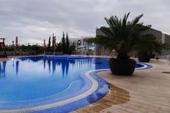 Openlucht zwembad in het hotel Stock Afbeeldingen