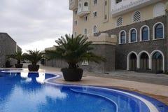 Openlucht zwembad in het hotel Bogatyr in Adler Stock Afbeelding