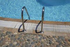 Openlucht zwembadladder Stock Fotografie