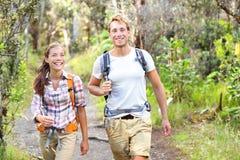 Openluchtactiviteitenpaar die - gelukkige wandelaars wandelen Stock Foto