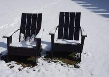 Openluchtadirondack-stoelen in de sneeuw Stock Foto