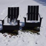 Openluchtadirondack-stoelen in de sneeuw Royalty-vrije Stock Fotografie