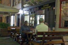 Openluchtbarvoorgevel in de oude stad van Kosice bij nacht, Slowakije royalty-vrije stock foto