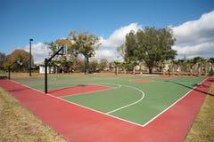 Openluchtbasketbalhof stock afbeeldingen