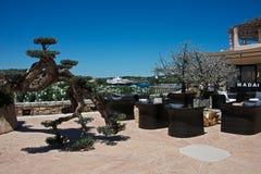 Openluchtcafeì  in een terras die de haven van Porto Cervo zien Royalty-vrije Stock Afbeelding