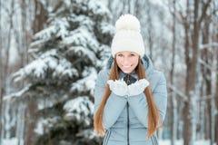 Openluchtclose-upportret van jong mooi gelukkig glimlachend meisje, die modieuze gebreide de winterhoed en handschoenen dragen He Stock Afbeelding