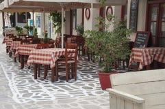 Openluchtdeel van een Griekse taverna op de straat stock foto