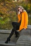 Openluchtfoto van mooi romantisch meisje die de herfstlaag dragen Stock Afbeeldingen