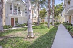 Openluchtgebied van flatgebouwen met koopflats met palmen en gazon Stock Afbeelding