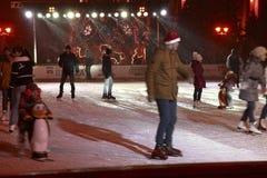 Openluchtijs het schaatsen piste in Pyatigorsk (Rusland) Royalty-vrije Stock Foto's