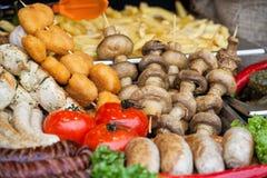 Openluchtkeuken Culinair Buffet Geroosterde worsten en groente Het festival van het straatvoedsel stock foto's