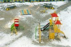Openluchtkinderenspeelplaats met velen ruimte voor kinderen in wint Royalty-vrije Stock Fotografie