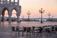 Openluchtkoffie dichtbij het Paleis van doges op het vierkant van San Marco bij de zonsopgang in Venetië stock foto
