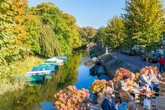 Openluchtkoffie en kanaal in Naarden, Nederland Stock Fotografie