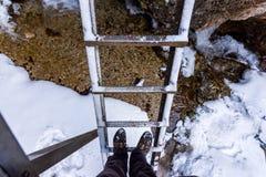 Openluchtladder in nationaal park Janosikove Diery Toeristenschoenen op de ladder Sneeuw en de winter stock fotografie