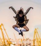 Openluchtlevensstijlbeeld van een jong mooi kastanje haired Kaukasisch meisje die pret, het springen en het dansen hebben Leuke t royalty-vrije stock afbeeldingen
