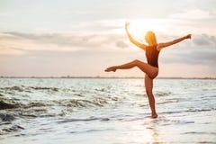 Openluchtlevensstijlportret van mooi meisje in zwart zwempak royalty-vrije stock foto's