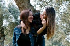 Openluchtlevensstijlportret van twee beste vrienden stock fotografie