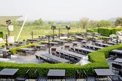 Openluchtlijst en stoelen in leeg restaurant Stock Afbeeldingen