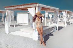 Openluchtmanierfoto van Sexy bikinimodel in strohoed op tropi Royalty-vrije Stock Fotografie