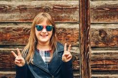 Openluchtmanierportret van grappig 9-10 éénjarigenmeisje Stock Foto