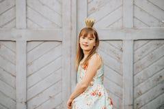 Openluchtmanierportret van grappig 9-10 éénjarigenmeisje Royalty-vrije Stock Fotografie
