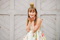 Openluchtmanierportret van grappig 9-10 éénjarigenmeisje Royalty-vrije Stock Afbeelding