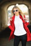 Openluchtmanierportret van het mooie blondevrouw dragen sungl royalty-vrije stock afbeelding