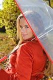 Openluchtmanierportret van jonge mooie sensuele vrouw met paraplu Royalty-vrije Stock Foto