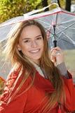 Openluchtmanierportret van jonge mooie sensuele vrouw met paraplu Royalty-vrije Stock Foto's