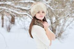 Openluchtmanierportret van vrij jong meisje in de winter Royalty-vrije Stock Afbeeldingen