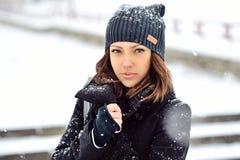 Openluchtmanierportret van vrij jong meisje in de winter Stock Fotografie