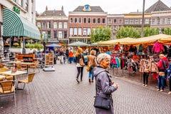 Openluchtmarkt in het centrum van Zwolle in Overijssel, Nederland stock foto's