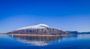 Openluchtmening van bergketen in Noorwegen De mooie berg behandelde gedeeltelijk met binnen sneeuw in Hurtigruten-gebied Stock Fotografie