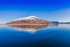 Openluchtmening van bergketen in Noorwegen De mooie berg behandelde gedeeltelijk met binnen sneeuw in Hurtigruten-gebied Stock Foto
