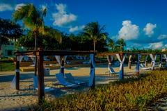 Openluchtmening van mooie die hutten langs het strand in Playa del Carmen bij Caraïbische Zee in Mexico worden gevestigd, dit toe stock afbeelding