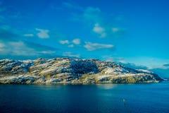 Openluchtmening van reusachtige berg die met sneeuw tijdens de winter aan kant in Bodo wordt behandeld, het Noorden van de Polair stock fotografie