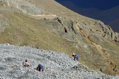 Openluchtmijnbouw in kleurrijke bergen van Bolivië Stock Afbeeldingen