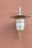 Openluchtmuurlamp opgezet op een steenoppervlakte Royalty-vrije Stock Foto's