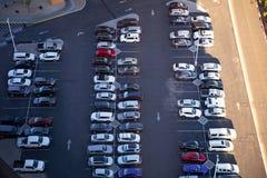 Openluchtparkeerterreinhoogtepunt van auto's stock foto's