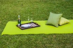 Openluchtpicknick met openluchtstof en hoofdkussens Stock Afbeelding