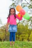 Openluchtportait van leuke jongelui weinig zwart meisje die spelen met Royalty-vrije Stock Foto's
