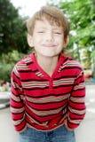 Openluchtportret die van kindjongen gezichten maken Stock Afbeeldingen