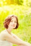 Openluchtportret van aanbiddelijke freckled jonge vrouw royalty-vrije stock foto