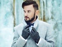 Openluchtportret van de knappe mens in grijze laag stock afbeeldingen