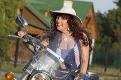 Openluchtportret van de middenleeftijdsvrouw op de motorfiets royalty-vrije stock afbeeldingen
