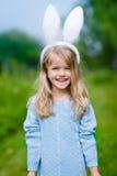 Openluchtportret van de mooie het glimlachen oren van het meisje witte konijntje royalty-vrije stock foto