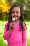 Openluchtportret van een leuk jong zwart meisje - Afrikaanse mensen Royalty-vrije Stock Afbeeldingen